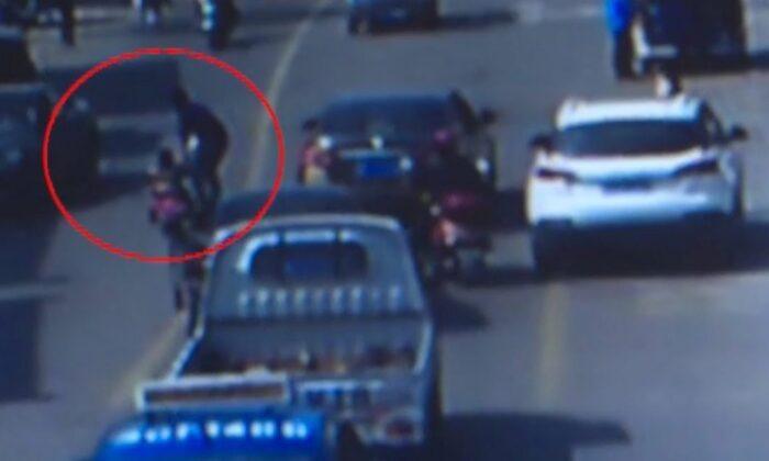 वीडियो: तेज रफ़्तार से दौड़ती गाड़ियों के बीच, साइकिल ले 3 साल का बच्चा पहुंचा सड़क पर ( viral video three year old rides tricycle into rush hour traffic )