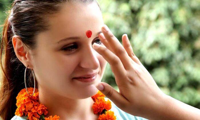 """माथे के तिलक पर """"चावल"""" लगाना होता है शुभ जानिए क्यों ( know about why rice is applied after tilak on the forehead )"""