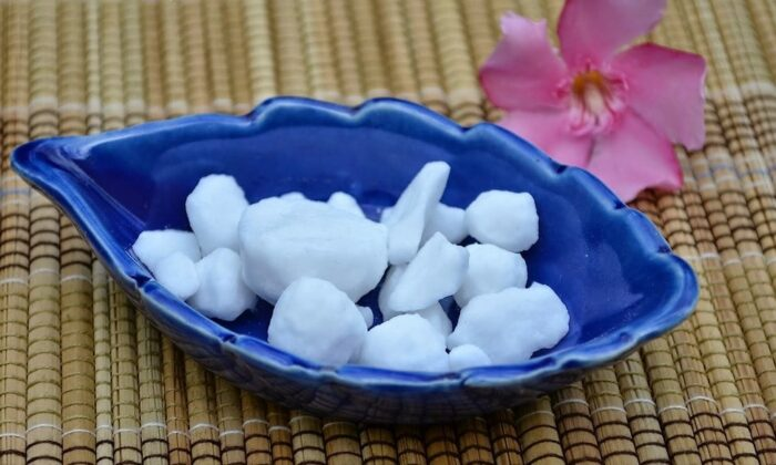 ये 2 रूपये की चीज, स्किन के किसी भी तरह के दाग-धब्बे जड़ से मिटा सकती है ( all skin problem benefits of camphor )