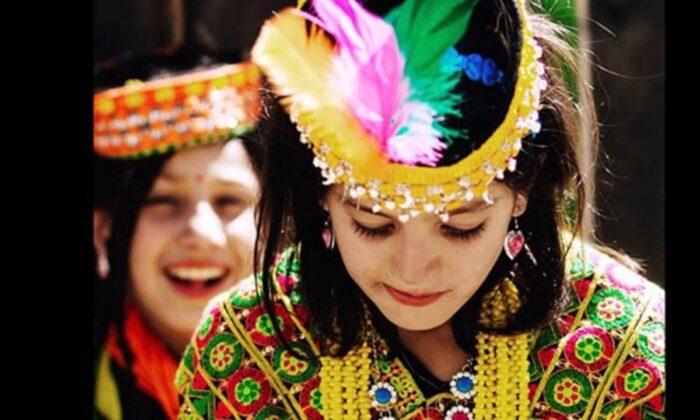 65 साल की उम्र में भी यहाँ महिलाएं होती हैं गर्भवती, दिखती है बेहद खूबसूरत ( this pakistan hunza valley girls have been most beautiful in the world )