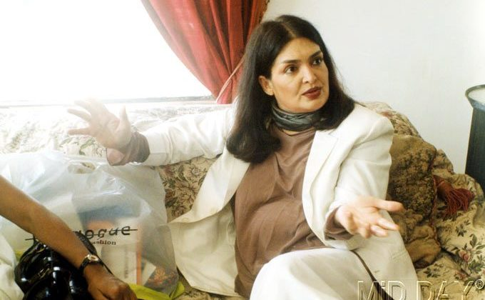 Parveen Babi last days before death picture talking with media