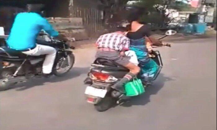 वीडियो: माँ के पीछे बैठ चलती स्कूटी पर बेटा कर रहा था ऐसा काम देखनेवाले रह गए दंग ( viral video a boy doing homework on running scooter with mother )