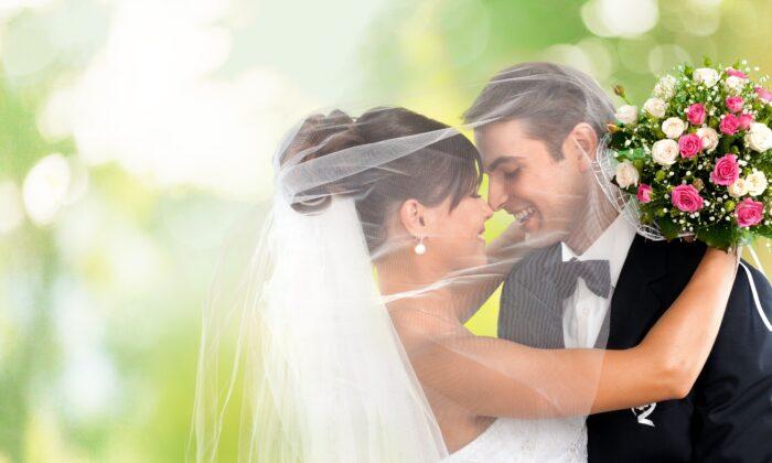 दूल्हा-दुल्हन का हो रहा था रोमांटिक फोटोशूट, दुल्हन ने जैसे ही दी पोज तो उड़ गए दूल्हे के होश ( viral video wedding photos gone wrong )