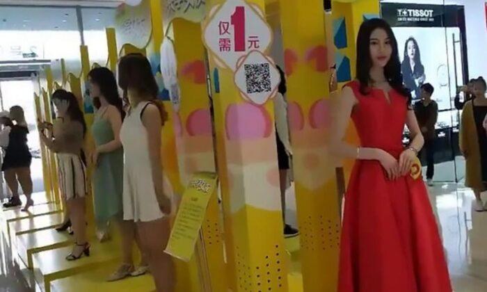 द वाइटेलिटी सिटी इन ह्यूआन सिटी, चीन में गर्लफ्रेंड बनने के लिये खड़ी लड़कियाँ
