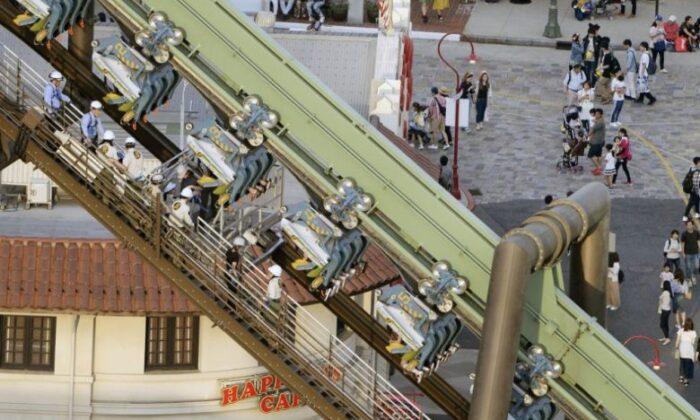 वीडियो: चलते चलते अचानक रुका झूला, सैकड़ो फीट ऊँचाई पर उल्टे लटके रहे लोग ( universal studios japan flying dinosaur roller coaster ride suddenly stops )