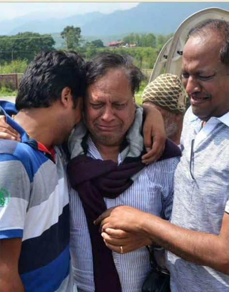 उत्तराखंड में तबाही के बाद अपने परिजनों से मिलकर बिलखता यात्री