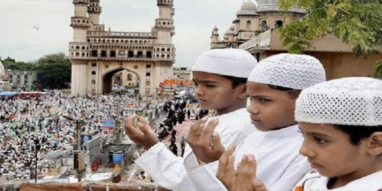 अल्लाह की इबादत करते बच्चे