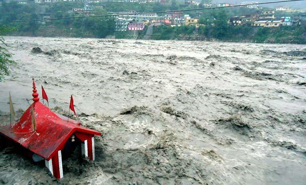2013 केदारनाथ आपदा: बादल फटने के बाद नदी में आयी बाढ़ का एक दृश्य