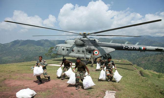 केदारनाथ आपदा: सेना के जवान हेलिकॉप्टर द्वारा भोजन पीड़ितों तक पहुंचाते हुए