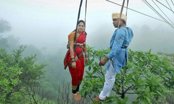 अनोखी शादी, दूल्हा-दुल्हन ने हवा में लटक कर रचाई शादी.. ( kohlapur couple marries in the hanging mid air )