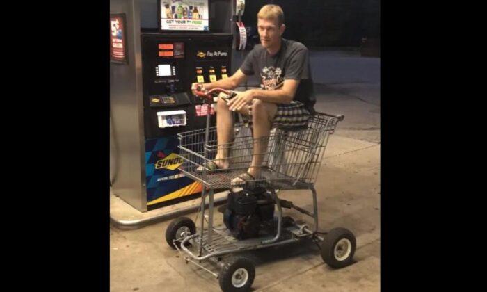 वीडियो: शॉपिंग ट्रॉली को मोटर कार बना जब एक शख्स पहुंचा पेट्रोल भरवाने ( viral video a man made motorized shopping cart )