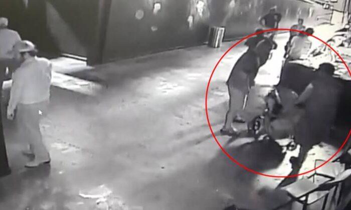 """ऐक्वेरियम (मछलीघर) से """"शार्क मछली"""" ले उड़े शातिर चोर ( viral video shark disguised as baby stolen from aquarium )"""
